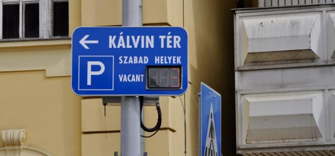 """Kecskeméten, a Kálvin téren ünnepélyesen átadták a város első """"okos"""" parkolóját"""