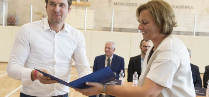 Megnyitották kedden a Mercedes-Benz Gyár Kosárlabda Akadémia új székhelyét az egykori városi uszoda épületében